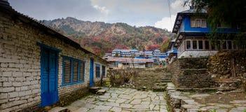 Σπίτια που βλέπουν στο οδοιπορικό αδύτων Annapurna στο ασβέστιο βάσεων Annapurna Στοκ Εικόνα