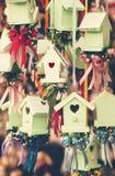 Σπίτια πουλιών μεντών με τις ζωηρόχρωμες κορδέλλες Στοκ εικόνες με δικαίωμα ελεύθερης χρήσης