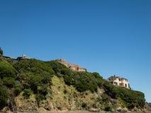 Σπίτια που σκαρφαλώνουν στην άκρη ενός νομού του Marin απότομων βράχων, ασβέστιο στοκ φωτογραφίες