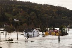 Σπίτια που στέκονται στα βαθιά νερά σε Drangsholt Πλημμυρίζοντας από τον ποταμό Tovdalselva σε Kristiansand, Νορβηγία - 3 Οκτωβρί στοκ εικόνα με δικαίωμα ελεύθερης χρήσης