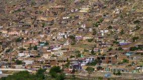 Σπίτια που χτίζονται κατά μήκος ενός λόφου απόθεμα βίντεο