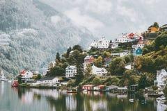 Σπίτια πόλεων Odda στο τοπίο της Νορβηγίας Στοκ Εικόνες