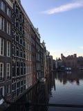 Σπίτια πόλεων του Άμστερνταμ στο νερό στοκ φωτογραφίες