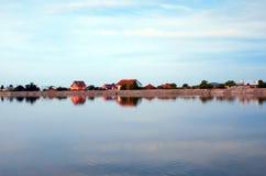 Σπίτια σε ένα lakeshore Στοκ Φωτογραφίες