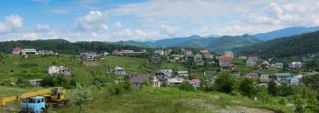 Σπίτια σε μια ορεινή περιοχή, πανόραμα στοκ εικόνες