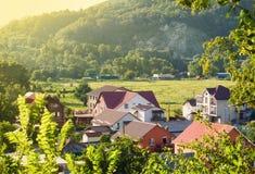 Σπίτια στην κοιλάδα βουνών την ηλιόλουστη θερινή ημέρα στοκ εικόνες
