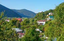 Σπίτια στην κοιλάδα βουνών στοκ εικόνες