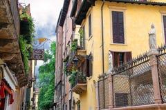 Σπίτια στην οδό μέσω Arche Scaligere στη Βερόνα, Ιταλία Στοκ Εικόνες