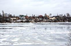 Σπίτια στην όχθη ποταμού Στοκ Εικόνες