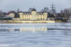 Σπίτια στην όχθη ποταμού Στοκ Φωτογραφίες