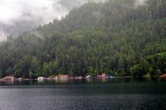 Σπίτια στην όχθη της λίμνης Στοκ φωτογραφία με δικαίωμα ελεύθερης χρήσης