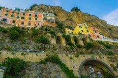 Σπίτια στη δύσκολη ακτή της Αμάλφης, Lido delle Sirene στοκ εικόνες