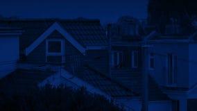 Σπίτια στις βροχοπτώσεις τη νύχτα απόθεμα βίντεο