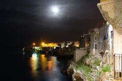 Σπίτια στους απότομους βράχους, Polignano μια φοράδα, Ιταλία Στοκ εικόνα με δικαίωμα ελεύθερης χρήσης