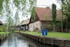 Σπίτια στο δασικό κανάλι ξεφαντωμάτων Στοκ φωτογραφία με δικαίωμα ελεύθερης χρήσης