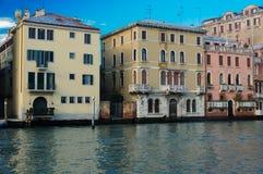 Σπίτια στο μεγάλο κανάλι στη Βενετία Στοκ Εικόνες