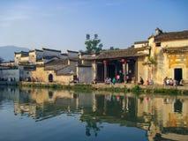 Σπίτια στο παραδοσιακό ύφος Huizhou δίπλα στη λίμνη φεγγαριών σε Hongcun στοκ φωτογραφία με δικαίωμα ελεύθερης χρήσης