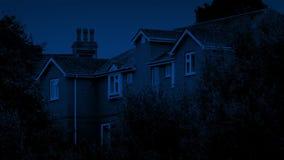 Σπίτια τη νύχτα μεταξύ των δέντρων φιλμ μικρού μήκους