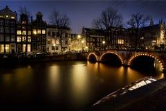 Σπίτια του Άμστερνταμ σε ένα κανάλι Στοκ φωτογραφία με δικαίωμα ελεύθερης χρήσης