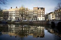 Σπίτια του Άμστερνταμ σε ένα κανάλι Στοκ Φωτογραφία