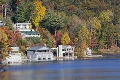 Σπίτια φθινοπώρου lakefront στοκ εικόνες