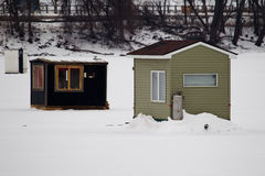 Σπίτια ψαριών σε μια παγωμένη λίμνη Στοκ Φωτογραφίες