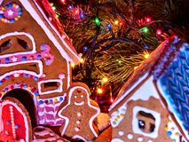 Σπίτια ψωμιού πιπεροριζών με τη γιρλάντα Χριστουγέννων Στοκ Φωτογραφία