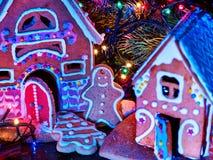 Σπίτια ψωμιού πιπεροριζών με τη γιρλάντα Χριστουγέννων Στοκ Φωτογραφίες