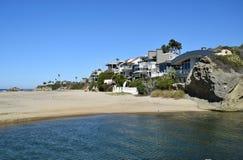 Σπίτια Beachside στην παραλία Aliso στο νότιο Λαγκούνα Μπιτς, Καλιφόρνια Στοκ Εικόνες
