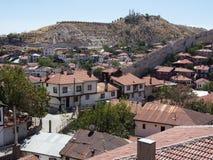 Σπίτια Beypazari και ενδιαφέροντες βράχοι Στοκ Φωτογραφίες