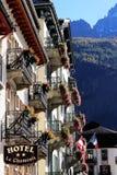 Σπίτια Chamonix με το παλαιό σημάδι ξενοδοχείων στα όρη Γαλλία κέντρων της πόλης Στοκ φωτογραφία με δικαίωμα ελεύθερης χρήσης