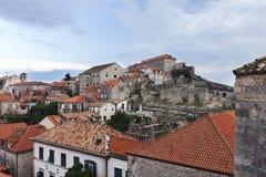 Σπίτια Dubrovnik κοντά στον τοίχο Στοκ εικόνα με δικαίωμα ελεύθερης χρήσης