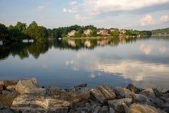Σπίτια Lakefront πολυτέλειας στα προάστια της Ατλάντας Στοκ Εικόνες