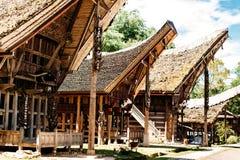 Σπίτια Tongkonan με τα κέρατα των βούβαλων και της ξύλινων γλυπτικής και των έργων ζωγραφικής, παραδοσιακά torajan κτήρια Kete Ke Στοκ εικόνα με δικαίωμα ελεύθερης χρήσης