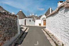 Σπίτια Trulli σε μια οδό Alberobello, Πούλια, Ιταλία Στοκ φωτογραφία με δικαίωμα ελεύθερης χρήσης