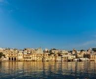 Σπίτια Udaipur και ghats στη λίμνη Pichola. Udaipur, Rajasthan, μέσα Στοκ εικόνες με δικαίωμα ελεύθερης χρήσης