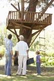 Σπίτι δέντρων οικοδόμησης παππούδων, πατέρων και γιων από κοινού Στοκ Εικόνες