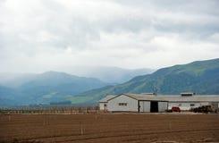σπίτι αγροτικών πεδίων αγρ&a Στοκ εικόνες με δικαίωμα ελεύθερης χρήσης