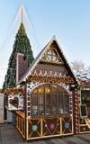 Σπίτι αναμνηστικών μελοψωμάτων και χριστουγεννιάτικο δέντρο με τη διακόσμηση σε Vilnius Στοκ εικόνα με δικαίωμα ελεύθερης χρήσης