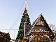 Σπίτι αναμνηστικών μελοψωμάτων και χριστουγεννιάτικο δέντρο με τις διακοσμήσεις σε Vilnius Στοκ φωτογραφία με δικαίωμα ελεύθερης χρήσης