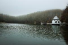 Σπίτι αντλιών στο Itzenplitzer Weiher σε Heiligenwald, Schiffwei Στοκ Φωτογραφία