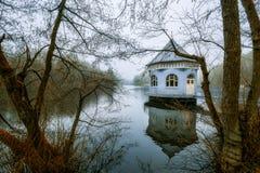 Σπίτι αντλιών στο Itzenplitzer Weiher σε Heiligenwald, Schiffwei Στοκ Εικόνες