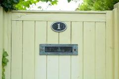 Σπίτι αριθμός ένα κιβώτιο σημαδιών και επιστολών στην πύλη Στοκ φωτογραφία με δικαίωμα ελεύθερης χρήσης