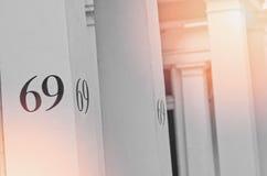 Σπίτι αριθμός 69 στον άσπρο στυλοβάτη στο Λονδίνο Στοκ Εικόνες