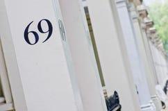 Σπίτι αριθμός 69 στον άσπρο στυλοβάτη στο Λονδίνο Στοκ Εικόνα