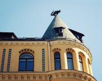 Σπίτι γατών στη Ρήγα, Λετονία - εκλεκτής ποιότητας επίδραση Το γλυπτό γατών στη στέγη Στοκ Εικόνες