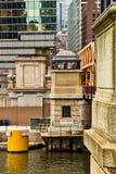 Σπίτι γεφυρών του Σικάγου κατά μήκος του riverwalk Στοκ εικόνα με δικαίωμα ελεύθερης χρήσης