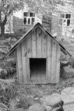Σπίτι για τα σκυλιά Γραπτή φωτογραφία στοκ φωτογραφίες με δικαίωμα ελεύθερης χρήσης