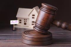Σπίτι για την πώληση, το σφυρί δημοπρασίας, το σύμβολο της αρχής και το μικροσκοπικό σπίτι Έννοια δικαστηρίων Στοκ Εικόνες