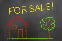 Σπίτι για τη ζωηρόχρωμη κιμωλία πώλησης που επισύρει την προσοχή στον πίνακα κιμωλίας ή blackboar στοκ φωτογραφία
